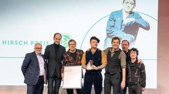 DFB-Präsident Fritz Keller (l), Laudator Thees Uhlmann (2.v.r.) und Die Toten Hosen bei der Verleihung des Julius-Hirsch-Preises.