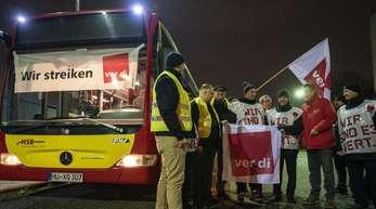 Busfahrer beginnen am Morgen in Hanau ihren zunächst unbefristeten Streik.
