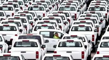 Neuwagen warten im englischen Sheerness auf Käufer.