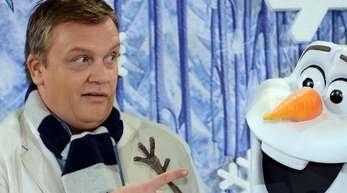 Hape Kerkeling neben Schneemann Olaf, den er synchronisiert.