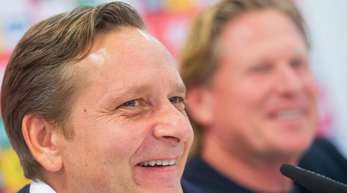 Der neue FC-Sportchef Horst Heldt (l) und der neue Trainer Markus Gisdol bei der Pressekonferenz in Köln.