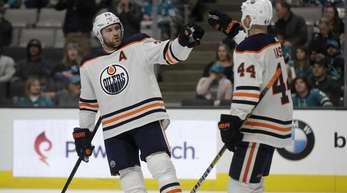 Leon Draisaitl (l) feiert mit einem Teamkollegen ein Tor für die Edmonton Oilers.