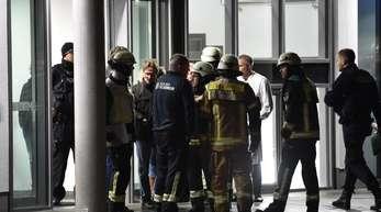 Feuerwehrleute und Polizisten vor der Schlosspark-Klinik.
