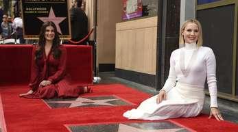 Idina Menzel (l) und Kristen Bell bei der Doppelsternzeremonie auf dem Hollywood Walk of Fame.