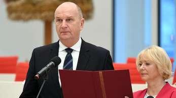 In Potsdam spricht Dietmar Woidke neben Landtagspräsidentin Ulrike Liedtke den Amtseid.
