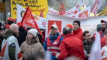 Die IG Metall spricht von rund 870 Demonstrations-Teilnehmern. Sie waren von Standorten aus ganz Deutschland angereist.