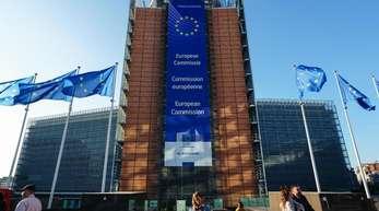 EU-Flaggen wehen vor dem Berlaymont-Gebäude, dem Hauptsitz der Europäischen Kommission in Brüssel.