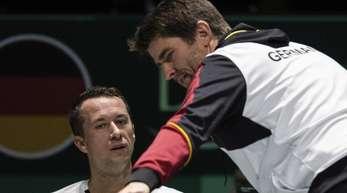 Haben das Davis-Cup-Viertelfinale im Blick: Teamkapitän Michael Kohlmann (r) und Philipp Kohlschreiber.