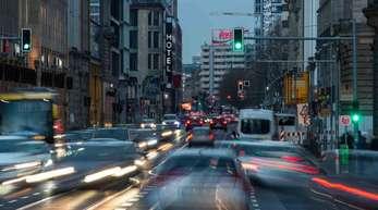 Autos fahren im dichten Feierabendverkehr in Berlin.