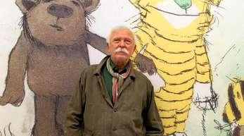 Der Illustrator und Geschichtenerzähler Janosch steht vor seinem Bild «Der Tiger mit grüner Nase».