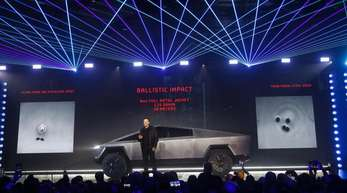 Elon Musk, CEO von Tesla, stellt den «Cybertruck» im Designstudio von Tesla vor.