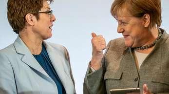 Annegret Kramp-Karrenbauer spricht mit Angela Merkel (in Leipzig.