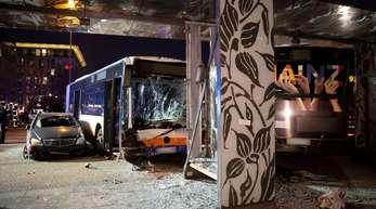 Ein beschädigter Pkw und ein beschädigter Bus stehen nach einem Unfall am Hauptbahnhof in Wiesbaden.