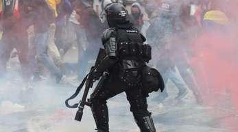 Studenten, Bauern und Arbeiter marschierten von verschiedenen Punkten zum Zentrum der Hauptstadt Bogota. Zahlreiche Sicherheitskräfte waren im Einsatz.