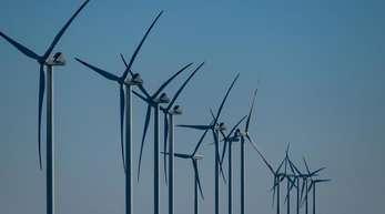 Dutzende Windräder drehen sich an der Nordseeküste vor der Insel Sylt im Wind.