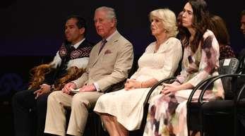 Prinz Charles, (l-r), Camilla, und Premierministerin Jacinda Ahern beim Besuch der Cashmere High School.