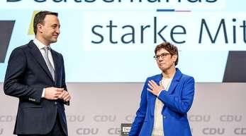Eine sichtlich überraschte und gerührte Annegret Kramp-Karrenbauer und CDU-Generalsekretär Paul Ziemiak reagieren nach ihrer Rede beim CDU-Parteitag auf den frenetischen Applaus.