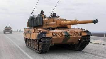 Ein türkischer Panzer vom Typ Leopard 2A4 in der Nähe der syrischen Grenze.