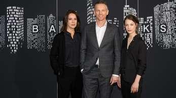 Désirée Nosbusch (l), Barry Atsma und Paula Beer spielen die Hauptrollen in dem ZDF-Mehrteiler «Bad Banks» .