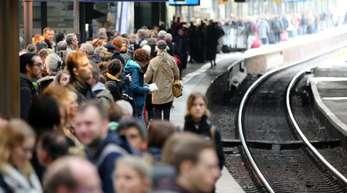Hier hatte Sturmtief «Mortimer» zugeschlagen: Reisende in Hamburg, nachdem die Bahn Teile des Fernverkehrs im Norden eingestellt hatte.