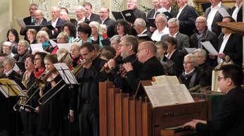 Ihren rund 450 Besuchern boten Sänger, Musiker und Burgschauspieler einen tollen Abend.