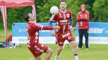 Michael Haas (l.) und Stefan Konprecht mussten mit dem FBC Offenburg zum Auftakt der Bundesliga-Feldrunde bei widrigen Bedingungen zwei Niederlagen einstecken.