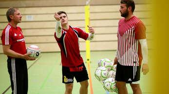 FBC-Trainer Stefan Müncheberg (l.) kann in der anstehenden Hallenrunde auf seinen bewährten Spielerkader um Mark Borho (M.) und Tobias Braun setzen.