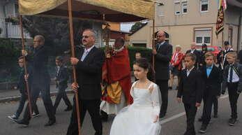 Eine Prozession führte beim Pfarrfest in Ortenberg durch die Gemeinde