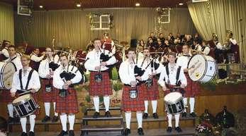 Die »Pinzbach Highlanders« erfüllten dem Dirigenten Ludwig Vollmer mit der gemeinsam mit Kapelle und Projektchor interpretierten »Highland Cathedral« einen Herzenswunsch.Foto: Andrea Bohner