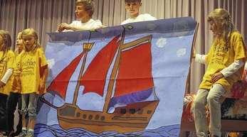 Foto: Werner Bauer - Die Moderatoren Christian Heubach (links) und Timo Kinast präsentierten das »Schulschiff«.