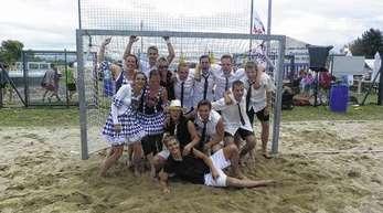Foto: Dieter Fink - Gewonnen! Die Mannschaft »Peter Fox und die Stadtaffen« siegten beim Hobbybeachturnier. Mit dabei auch einige Mitglieder der »Poggo-Schnecken«, Gewinner der Kostümwertung.