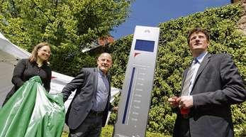 Packten den Fahrradzähler aus (von links): Amrei Bär vom Fachbereich Tiefbau und Verkehr, Verkehrsminister Winfried Hermann und Bürgermeister Oliver Martini.