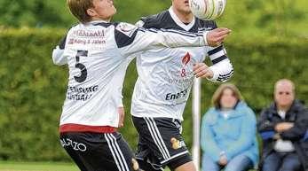 Stephan Hund - Zuspiel Thomas Häusler (vorne), Angriff Stefan Konprecht – ein Mittel, das beim 5:0-Sieg der Offenburger FG gegen Neuling TV Weisel häufig zum Erfolg führte.