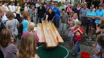 Alfred Arbandt - Die Mannschaft des Kindergartens »Farbklecks« war bei der »Feuerwehr-Olympiade« in Hugsweier zum ersten Mal angetreten – und gewann auf Anhieb den Wanderpreis.