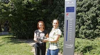 Die Offenburgerin Sabine Xhinolli (links) ist als 125000. Radfahrerin am Fahrradzähler vorbeigefahren. Dafür bekam sie von Amrei Bär von der Stadt Offenburg einen Gutschein für einen Fahrradhelm überreicht.