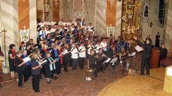 Wolfgang Schätzle - Insgesamt 120 Sängerinnen und Sänger aus fünf Chören sowie sieben Musiker gestalteten das Benefizkonzert für die peruanische Partnergemeinde