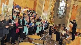 Wolfgang Schätzle - Gesamtleiter Martin Groß wusste beim Benefizkonzert in der St.-Laurentius-Kirche Sänger und Instrumentalisten vorzüglich in Szene zu setzen.