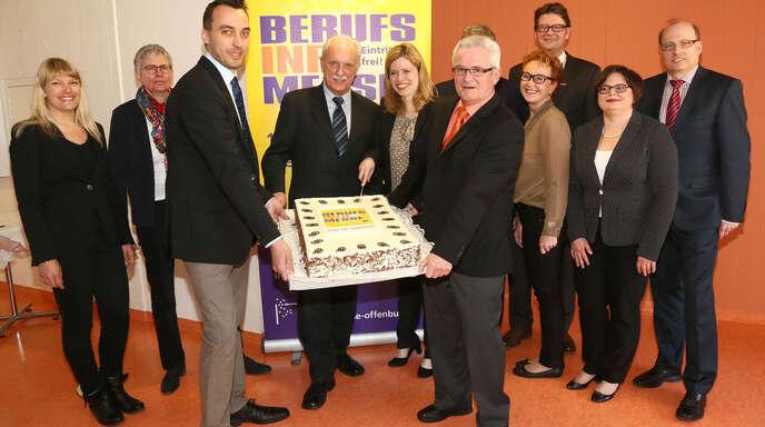 Vorfreude auf die 15. Berufsinfomesse in Offenburg Ende nächster Woche. Die Partner feierten gestern in einer Pressekonferenz den »Geburtstag« sogar mit einer BIM-Torte.