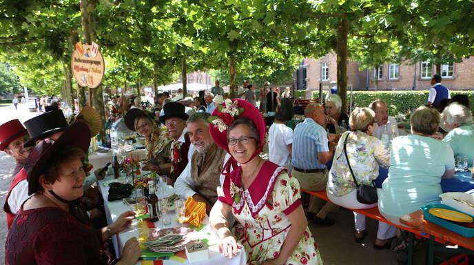Die Biedermeiergruppe war einmal mehr ein Blickfang, als am Sonntag beim »Genuss unter den Platanen« auf dem Kulturforum aufgetischt wurde.