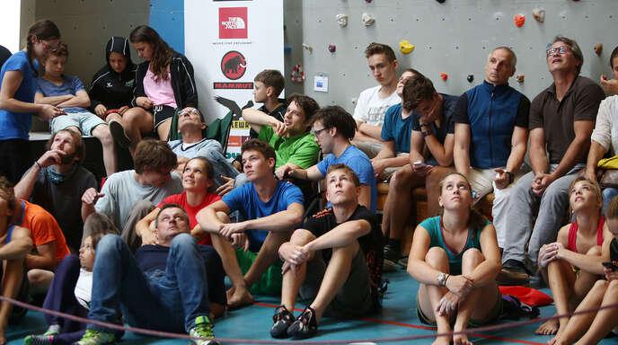 »Und, wie ist die Luft dort oben?« Während die Teilnehmer des DAV-Jugendcups in bis zu 15 Metern Höhe alles aus sich herausholten, machten es sich die Zuschauer auf dem Boden der Kletterhalle bequem.