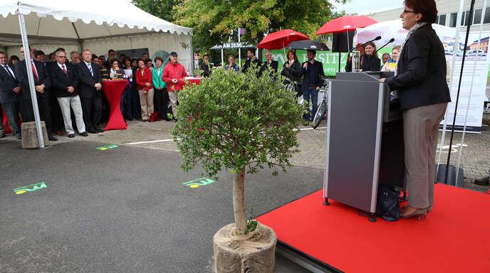 Gestern weihte OB Edith Schreiner die erste Mobilitätsstation am Messeplatz in Offenburg eingeweiht: Außer mit Rädern und Pedelecs kann man von dort aus auch mit Elektro-Autos die Umgebung erkunden.