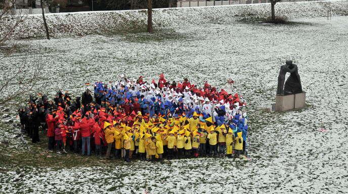 An der Versöhnungsstatue bei der Passerelle formen Kinder der Falkenhausenschule am 22. Januar 2013 ein Herz. Anlass ist das 50-jährige Bestehen des Elysée-Vertrags.