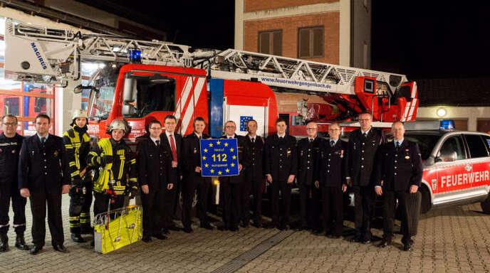 Von internationaler Bedeutung: Gengenbachs Ehrenkommandant Hermann Dorner (Mitte, rechts) und Yann Messmer, Capitaine der Feuerwehr der elsässischen Partnerstadt Obernai, halten das EU-Notruf-Logo in Händen.