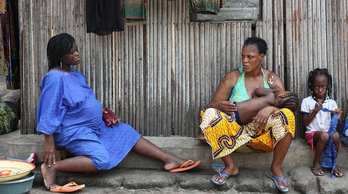In der Dokumentation »Unter aller Augen« hat Filmemacherin Claudia Schmid (blonde Frau links) mit Frauen über ihre Schicksalsschläge in Asien, Afrika und Europa gesprochen.