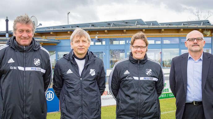 Der Ortenauer Fußball Erstligist SC Sand wird ab sofort von Richard Dura (2. von links) trainiert. Der sportliche Leiter Dieter Wendling (l.) begrüßt den neuen Trainer gemeinsam mit Co-Trainerin Claudia von Lanken (2. v. r.) und Vorstandssprecher Hans-Peter Krieg (rechts).