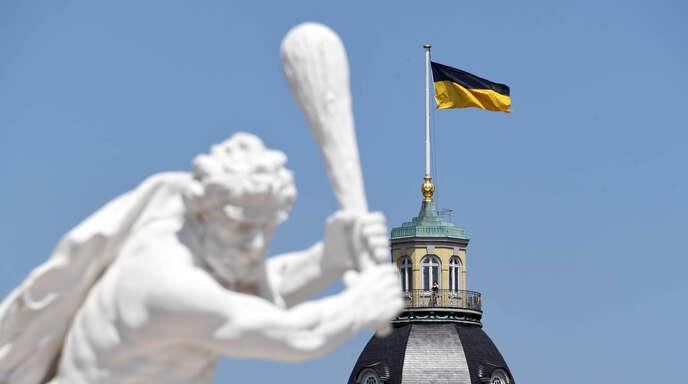Karlsruhe: Auf dem Schlossturm weht die Landesflagge von Baden-Württemberg. Jahrelang flatterte dort die frühere badische Flagge. Diese darf nun nicht mehr gehisst werden da auf Landesgebäuden nur Landes-, Bundes- oder Europaflaggen erlaubt sind.