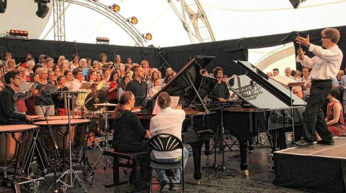 Zwei Klaviere, ein Schlagwerk und ein fulminanter Chor: Aufführung von »Carmina Burana« im Seepark der Landesgartenschau, geleitet von Bezirkskantor Hermann Feist.