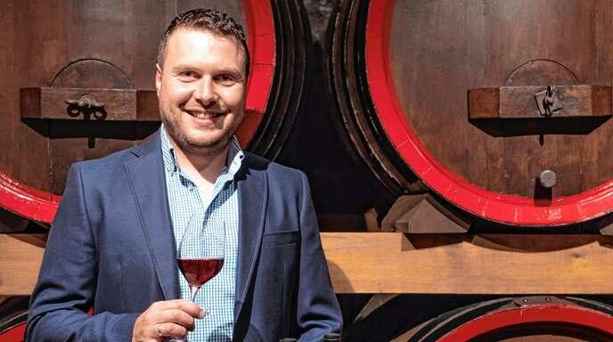 Weinküfer Tassilo Viel vom Winzerkeller Hex vom Dasenstein belegt den ersten Platz in der Kategorie holzfassgeprägter Rotwein beim Spätburgunderwettbewerb der Weinbruderschaft Baden-Württemberg.