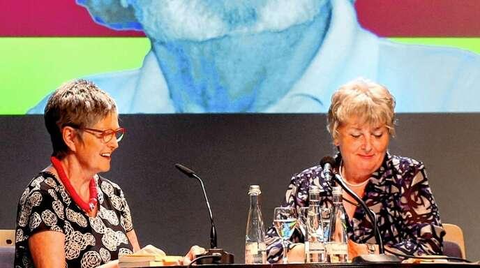 Monika Röschmann (links) und Margot Müller trugen vor dem überlebensgroßen Porträt von Rudolf Vallendor heitere Geschichten des Mundartdichters vor.