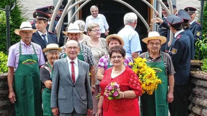 Nach dem Festgottesdienst zur goldenen Hochzeit in der Helmlinger Kirche standen Mitglieder der Feuerwehr und des Obstbauvereins Spalier für Heinz und Hilda Zimpfer.